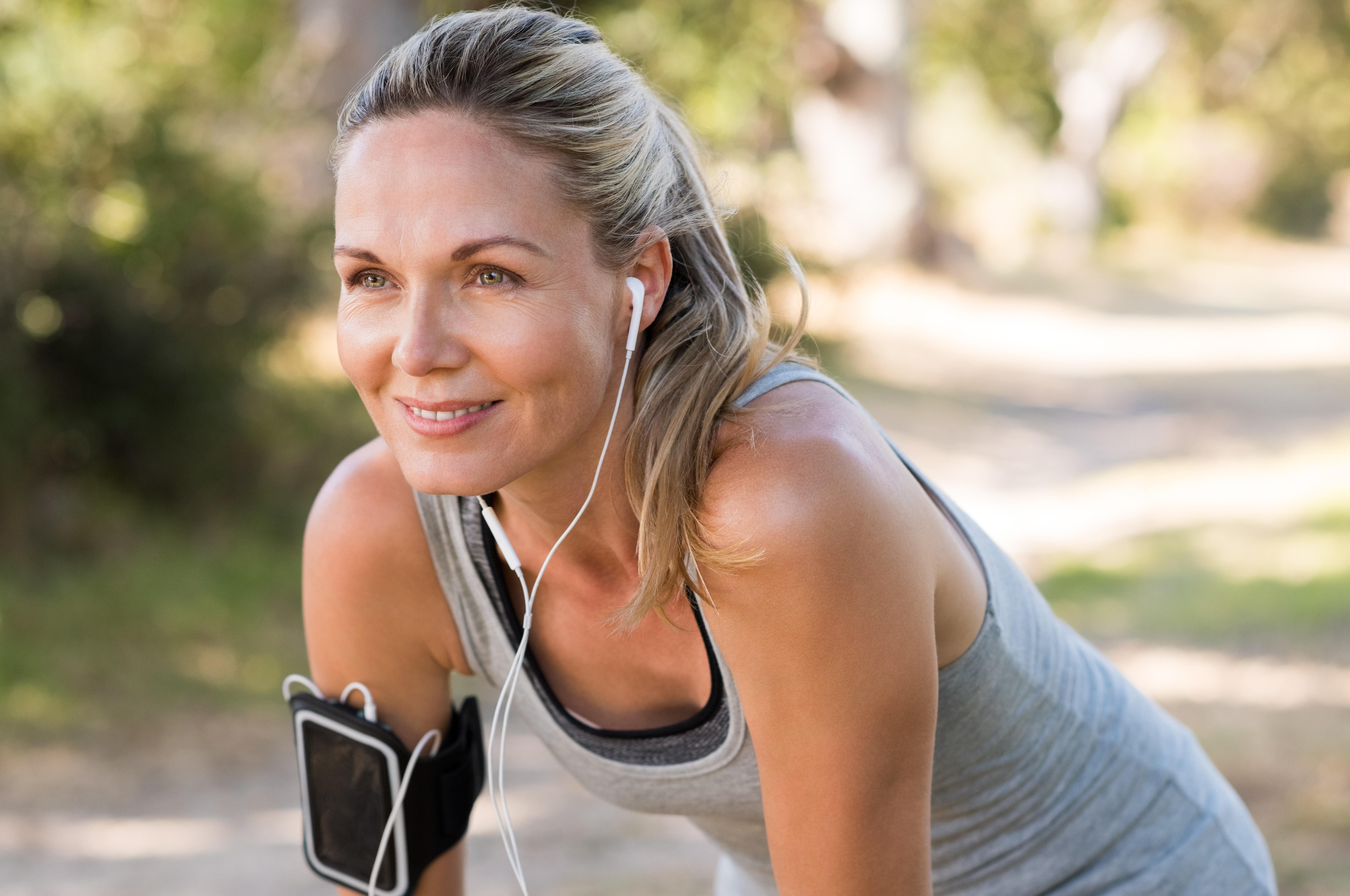 Kobieta ze słuchawkami w uszach